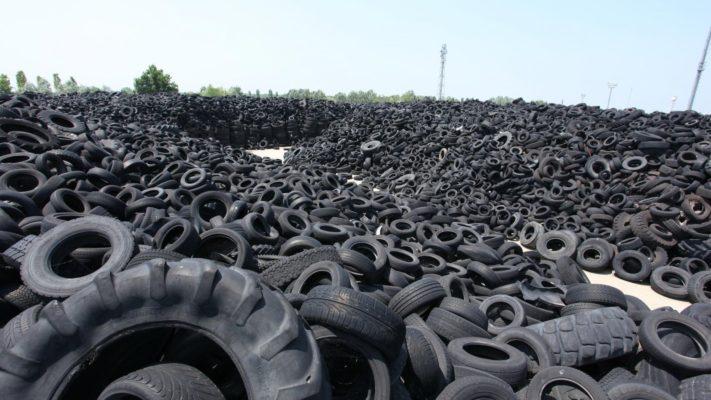 cimitero di pneumatici prima di essere smaltiti