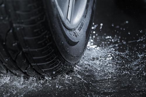 pneumatico espelle l'acqua dell'asfalto