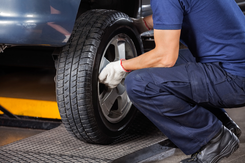 meccanico sostituisce la gomma dell'auto
