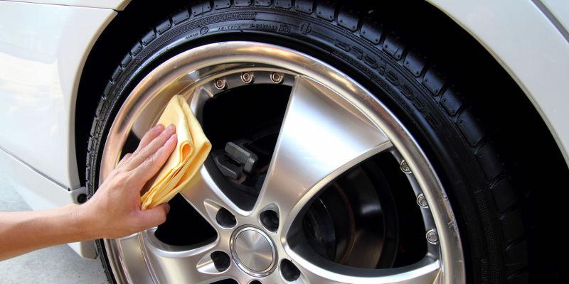 pulizia del cerchio in lega nel pneumatico