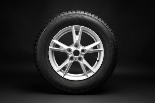 ruota di scorta per automobili su sfondo nero